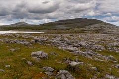 Une vue du parc national de Burren d?s le le d?but des hausses et de penser ? l'avenir ? la montagne de Mullaghmore et au rivage  image stock