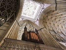Une vue du plafond d'écran de choeur de York Minster Images stock
