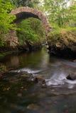Une vue du pont antique de Cromwell dans Kenmare, comt? Kerry, Irlande, prise en amont d'une longue exposition pour lisser  images stock