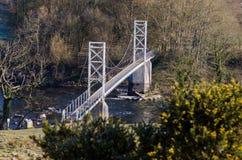 Une vue du pont suspendu de Dinckley, qui porte un sentier piéton à travers la rivière Ribble près du vert de Hurst, avant qu'il  images stock