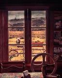 Une vue du ` s de fenêtre de l'intérieur d'une vieille maison photo stock