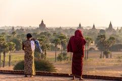 Une vue du ` s de moine au-dessus de Bagan photos libres de droits