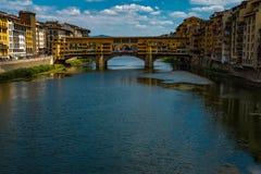 Une vue en bas d'Arno River à Florence au Ponte célèbre Vecchio, ce pont était la seule non détruit dedans photo libre de droits