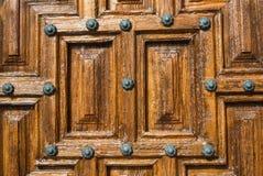 Une vue en gros plan à une partie de vieille porte en bois brune Image stock