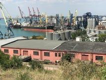 Une vue ensoleillée au-dessus du port d'Odessa photographie stock