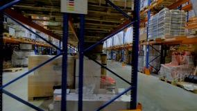 Une vue horizontale sur plusieurs bas-côtés d'entrepôt étire clips vidéos
