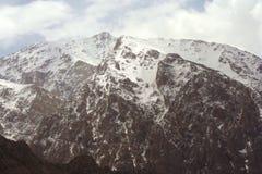 Une vue jusqu'au dessus de la montagne images libres de droits