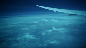 Une vue merveilleuse et fascinante du hublot à une altitude de 11.000 mètres banque de vidéos