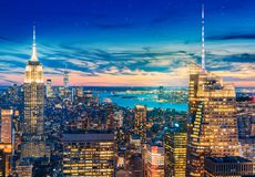 Une vue panoramique aérienne magnifique de Manhattan avec le coucher du soleil photos stock