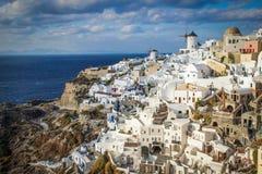 Une vue panoramique de la ville blanche avec les toits bleus photographie stock libre de droits