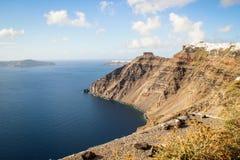 Une vue panoramique de la ville blanche avec les toits bleus dans la perspective de la mer Égée photographie stock