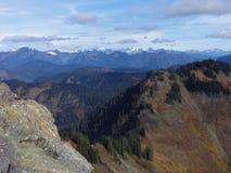 Une vue panoramique des cascades du nord du haut de la montagne de Sauk à Washington image libre de droits