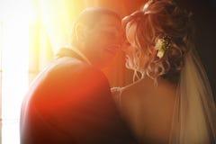 Une vue par derrière sur un couple de mariage embrassant dans les lumières de Image libre de droits