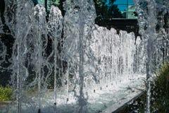 Une vue par une fontaine Photos libres de droits