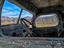 Une vue par la fenêtre d'un vieux camion ; Ballarat, parc national de Death Valley, la Californie, Etats-Unis image libre de droits