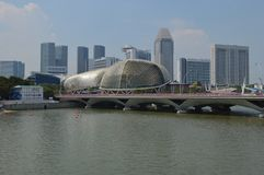 Une vue plus large à travers le Padang aux théâtres d'esplanade sur la baie, Singapour photo stock
