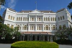 une vue plus large de Front Facade de route Singapour de plage d'hôtel de tombolas images libres de droits