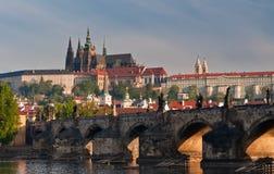 Une vue plus proche à la passerelle de Charles et Prague se retranchent Photographie stock libre de droits