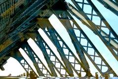 Une vue réfléchie au-dessus d'un pont au-dessus de Moscou, Russie Photos stock