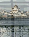 Une vue réfléchie au-dessus d'un pont du Christ le sauveur à Moscou, Russie image stock