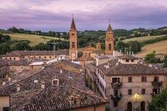 Une vue rapide ? travers les dessus de toit de la petite et belle ville italienne de Caldarola, le Marche, au coucher du soleil photos libres de droits