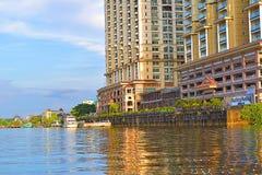 Une vue scénique d'une de construction luxueuse du condominium de Kuching par la rive image libre de droits