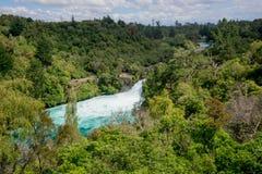 Une vue scénique de Huka tombe sur la rivière de Wiakato de la distance Images libres de droits