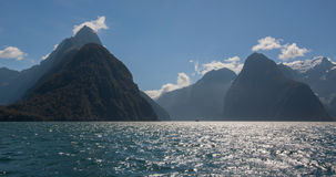 Une vue scénique du Milford Sound voie de Milford dans du Nouvelle-Zélande †«- taillez la crête Photos stock
