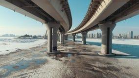 Une vue sous le pont urbain à l'horaire d'hiver banque de vidéos