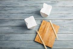 Une vue supérieure sur boîtiers blancs et bâton en bois sur un fond clair Photographie stock