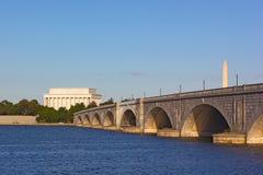Une vue sur le pont et Lincoln Memorial d'Arlington dégrossissent pendant le coucher du soleil image libre de droits