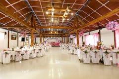 Une vue sur un hall de restaurant s'est habillée dans des couleurs roses et blanches Photographie stock libre de droits