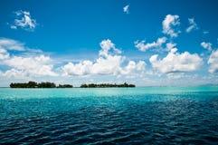 Une vue sur un motu dans la lagune de Polynésie française images libres de droits