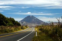 Une vue sur une route et un volcan actif Ngaruahoe Photos libres de droits