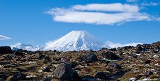 Une vue sur une route et un volcan actif Ngaruahoe Photographie stock libre de droits