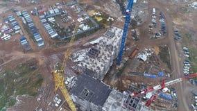 Une vue tournante d'un grand chantier de construction et de ses équipements banque de vidéos