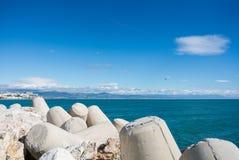 Une vue vers la mer et Torremolinos de Maditerranean d'une jetée au port de Benalmadena Image libre de droits