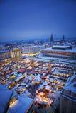 Une vue verticale de marché de Noël à Dresde Allemagne Photos stock