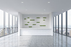 Une zone d'accueil dans un intérieur propre lumineux moderne de bureau Fenêtres panoramiques énormes avec la vue de New York illustration libre de droits