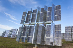 Une zone des panneaux solaires photovoltaïques d'énergie verte Photographie stock libre de droits