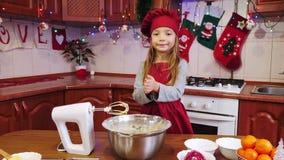Unebenheit eine des recht jungen Mädchens ` s übergibt das Vorbereiten zum Kochen stock video