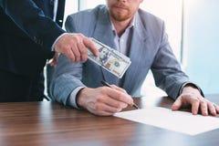 Unehrlicher Beamter, der ein Bestechungsgeld gibt lizenzfreies stockfoto