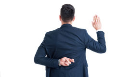 Unehrlicher Rechtsanwalt, der gefälschten Eid oder Bürgschaft mit den Fingern gekreuzt macht Stockfotos