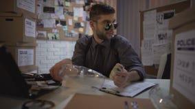 Unehrliches Bürovertreter, das Geld vom Satz des physischen Nachweises, oben bedeckend stiehlt stock video