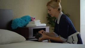 Unehrliches Mädchen stiehlt Geld von den Hotelbewohnern schürzen, Mangel an Spitzen, Verbrechen stock footage