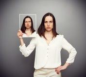 Unemotional kobieta chuje jej wątpliwość zdjęcia stock