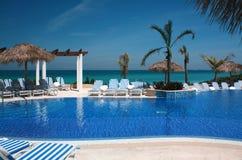 Unendlichkeits-Pool auf einem Kuba-Erholungsort Lizenzfreie Stockbilder