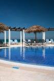 Unendlichkeits-Pool auf einem Kuba-Erholungsort Stockbilder