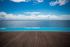 Unendlichkeitspool der Dominikanischen Republik mit Ansicht zum Ozean lizenzfreies stockfoto