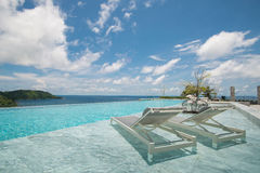 UnendlichkeitsSwimmingpool mit einer Ansicht über Phuket-Meer Lizenzfreie Stockfotografie